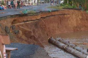 Sau 5 ngày xuất hiện vết nứt, 85m đường QL91 chìm xuống sông Hậu