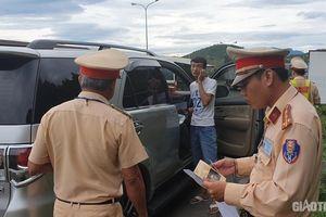 Bị 'sờ gáy', tài xế xe khách trá hình chống chế 'chở người nhà ra sân bay'