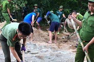 Thanh niên CA Thừa Thiên Huế làm đường, làm sân chơi cho thiếu nhi vùng cao