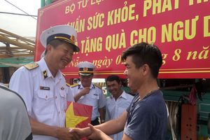 Bộ Tư lệnh Vùng 3 Hải quân khám chữa bệnh, tặng quà cho ngư dân