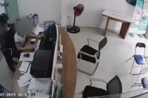 Tên cướp rút dao uy hiếp nữ nhân viên và cái kết đắng