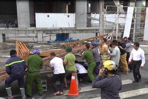 Cổng công trường SaiGon One Tower đổ đè trúng xe máy, người phụ nữ hoảng loạn