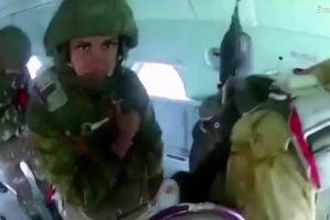 Tân binh Nga la hét inh ỏi, bị chỉ huy đẩy khỏi máy bay khi nhảy dù