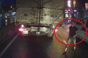 Clip: Xin vượt bất thành, tài xế xe cứu thương vác dao xuống 'nói chuyện' với lái xe tải