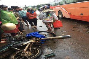 Xe giường nằm lao vào khu vực chợ, 4 người chết