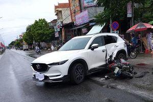 Nghệ An: Xe máy tông vào ô tô, 2 thanh niên trọng thương