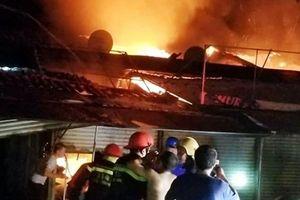 Chợ Voi ở Hà Tĩnh cháy dữ dội trong đêm, nhiều ki ốt bị thiêu rụi