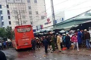 Xe khách mất lái lao vào chợ ven đường, ít nhất 3 người tử vong