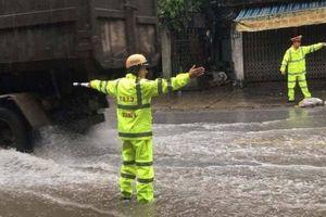 CSGT tuần lưu cắt cây, căng mình phân luồng giao thông dưới mưa bão