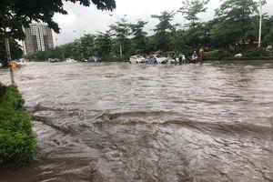 Sau trận mưa như trút nước, đường phố Hà Nội 'thành sông', dân vừa đi vừa dò đường