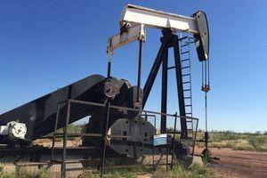 Giá dầu giảm mạnh trong tuần do xung đột thương mại Mỹ - Trung tăng nhiệt