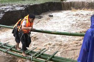 Trưởng công an xã ở Thanh Hóa bị vùi lấp khi giúp dân chống bão