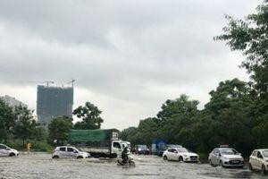 Đại lộ Thăng Long ngập như sông, giao thông tê liệt
