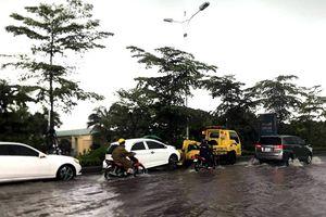 Hà Nội: Dịch vụ cứu hộ xe ngập nước 'hút' khách