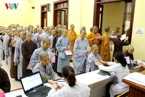Tăng ni sinh học viện Phật giáo hào hứng hiến máu và đăng ký hiến tạng