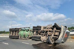Lật xe bồn, rớt thùng container khiến giao thông hỗn loạn