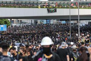 Hồng Kông 'tê liệt' vì biểu tình lớn chưa từng thấy