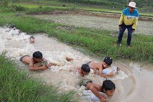 3 chàng trai ngăn suối, làm điều cảm động dưới chân núi Chư Đăng Ya