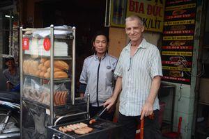 Ông Tây sợ... xe cộ nhưng vì vợ Việt, quyết 'bám' Sài Gòn khởi nghiệp vỉa hè