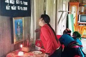 Tặng huy hiệu 'tuổi trẻ dũng cảm' cho hai thanh niên giúp dân trong lũ