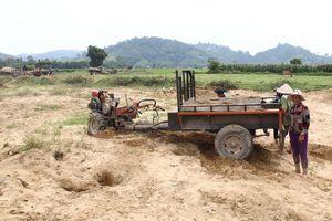 Khai thác cát 'lậu' từ lòng sông tràn lên nương rẫy