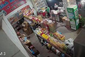 Clip - 'Nam thanh nữ tú' dàn cảnh trộm túi xách đựng tiền ở tiệm tạp hóa