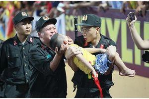 Chia sẻ của chiến sĩ CSCĐ về khoảnh khắc nén đau cứu sống bé trai đang co giật khi ngồi trên khán đài