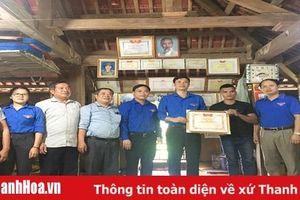 Tặng bằng khen cho người hùng cứu người trong cơn lũ tại huyện Quan Sơn