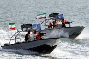 Cận cảnh Iran bắt tàu nước ngoài nghi chở lậu dầu ở Vịnh Ba Tư