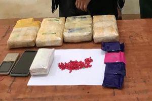 Bắt giáo viên người Lào mang theo 23.000 viên ma túy tổng hợp