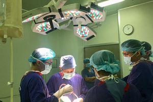 Kỳ tích lần đầu phẫu thuật thay khớp háng hai bên cho cụ ông 92 tuổi