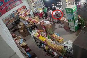 Camera an ninh ghi cảnh đôi nam nữ trộm túi xách ở tiệm tạp hóa