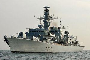 Cận cảnh khinh hạm Anh bám sát tàu Trung Quốc qua biển Măng-xơ