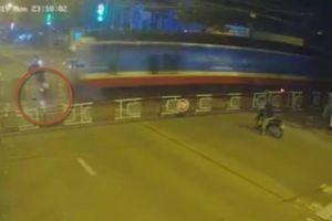 Clip thanh niên ở Đồng Nai phóng xe tông sập rào chắn, bị tàu hỏa cán chết