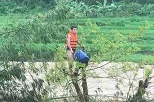 Tặng bằng khen cho thanh niên cứu người trong lũ dữ ở Thanh Hóa