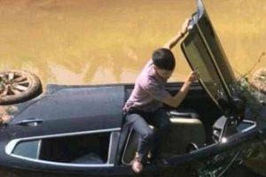'Xế hộp' lật dưới kênh ở Bắc Giang: Ngủ gật lái xe?