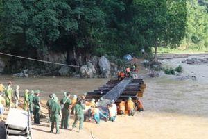 Bắc cầu phao dã chiến vào vùng lũ quét ở Quan Sơn