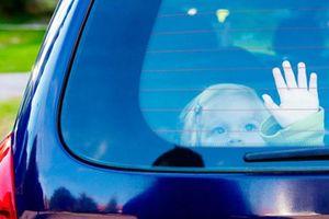 Trẻ nhỏ sẽ ra sao nếu bị nhốt trong xe ôtô đóng kín?
