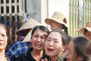 Hình ảnh 'chết lặng' trong đám tang cậu bé tử vong vì bị bỏ quên trên xe trường Gateway