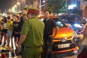 Va chạm giao thông, tài xế xe Wigo rút dao đâm gục đối phương