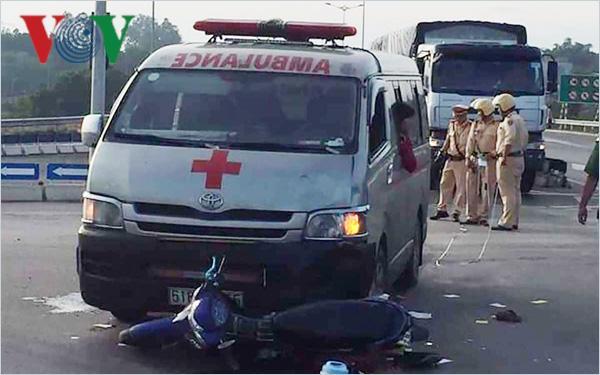 Xe cứu thương chở quan tài gây tai nạn, 2 người nguy kịch