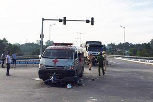 Xe cứu thương chở theo quan tài tông phải xe máy, 2 người nguy kịch
