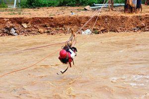 Người dân Lâm Đồng đu dây thoát dòng lũ dữ