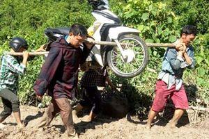 Cảm phục cảnh thầy giáo ở Mường Lát khiêng xe, lội bùn tới trường sau mưa lũ kinh hoàng