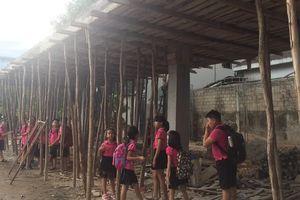 Sau vụ Gateway, thót tim cảnh học sinh trú mưa dưới mái bê tông đang thi công