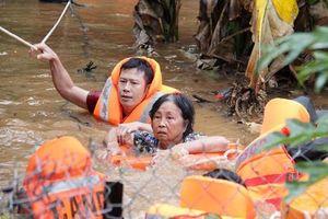 Nước ngập tới ngực: Bộ đội, công an cõng dân chạy lũ ở Đắk Lắk, Lâm Đồng