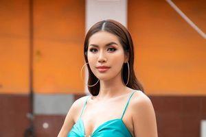 Diện váy xẻ đùi táo bạo, Minh Tú xinh đẹp trở lại sóng truyền hình