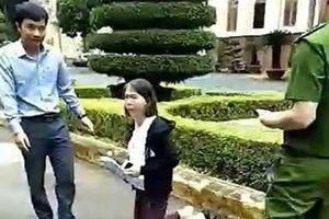 Nữ giáo viên quỳ trước UBND tỉnh để nộp đơn xin tiếp dân