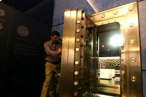 Hai tên cướp quật ngã bảo vệ, cướp tiền vàng 2,5 triệu USD