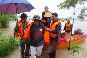 Công an, bộ đội sơ tán người dân trong nước lũ ở Đắk Lắk
